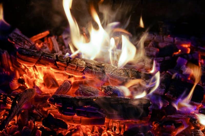 Płonąca łupka w graby zakończeniu up, BBQ ogień, węgla drzewnego tło obrazy stock