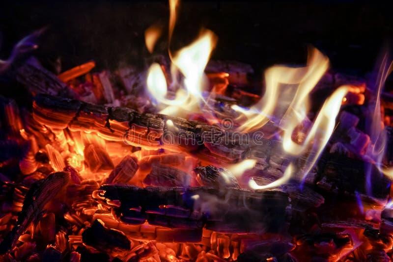 Płonąca łupka w graby zakończeniu up, BBQ ogień, węgla drzewnego tło zdjęcie royalty free