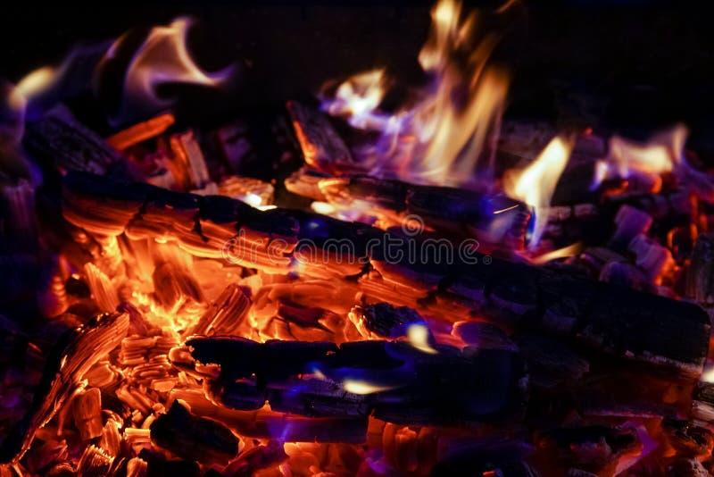 Płonąca łupka w graby zakończeniu up, BBQ ogień, węgla drzewnego tło zdjęcia stock