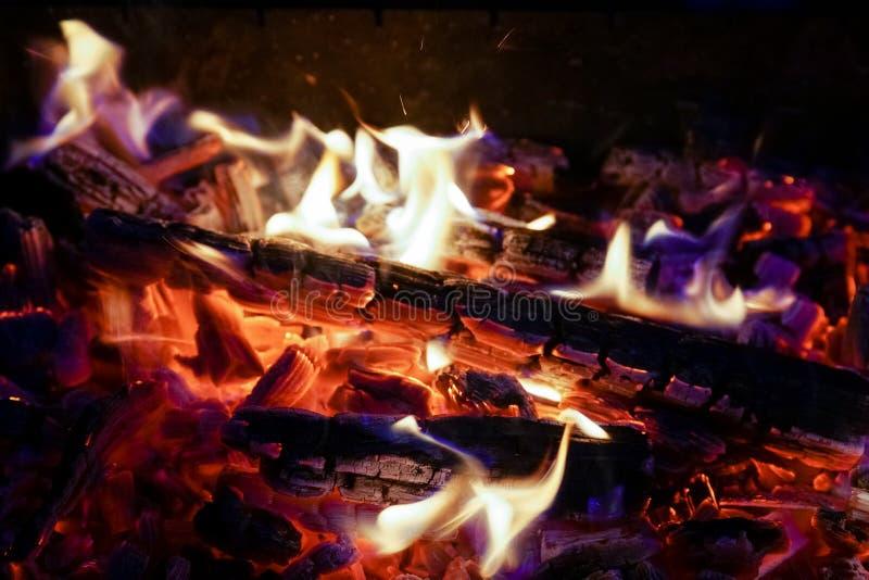 Płonąca łupka w graby zakończeniu up, BBQ ogień, węgla drzewnego tło obrazy royalty free