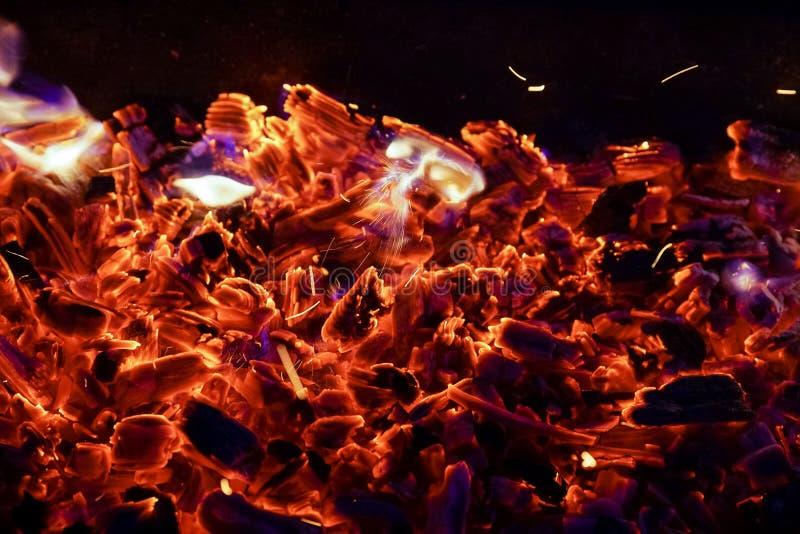 Płonąca łupka w graby zakończeniu up, BBQ ogień, węgla drzewnego tło zdjęcie stock