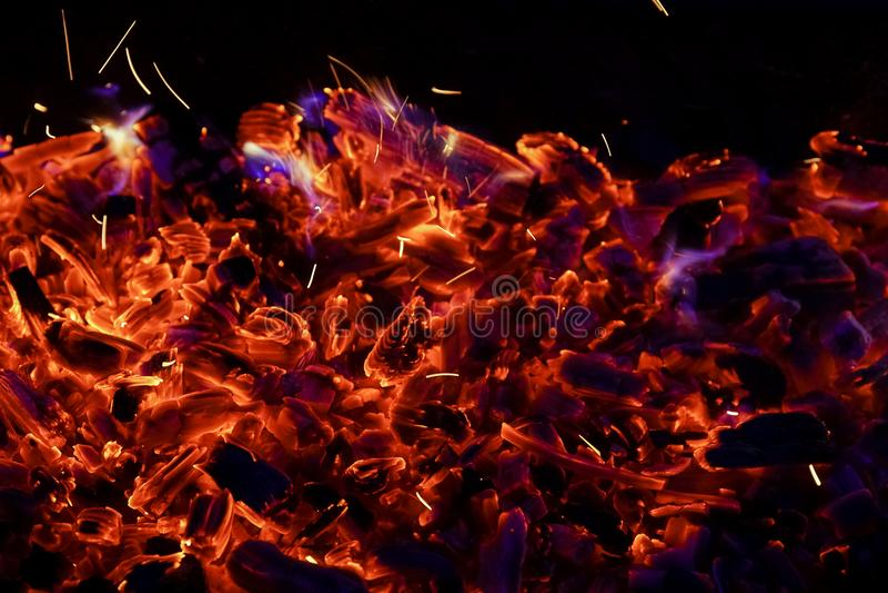 Płonąca łupka w graby zakończeniu up, BBQ ogień, węgla drzewnego tło obraz stock