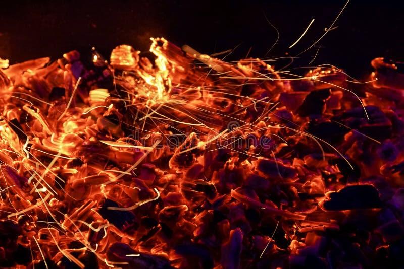 Płonąca łupka w graby zakończeniu up, BBQ ogień, węgla drzewnego tło fotografia royalty free