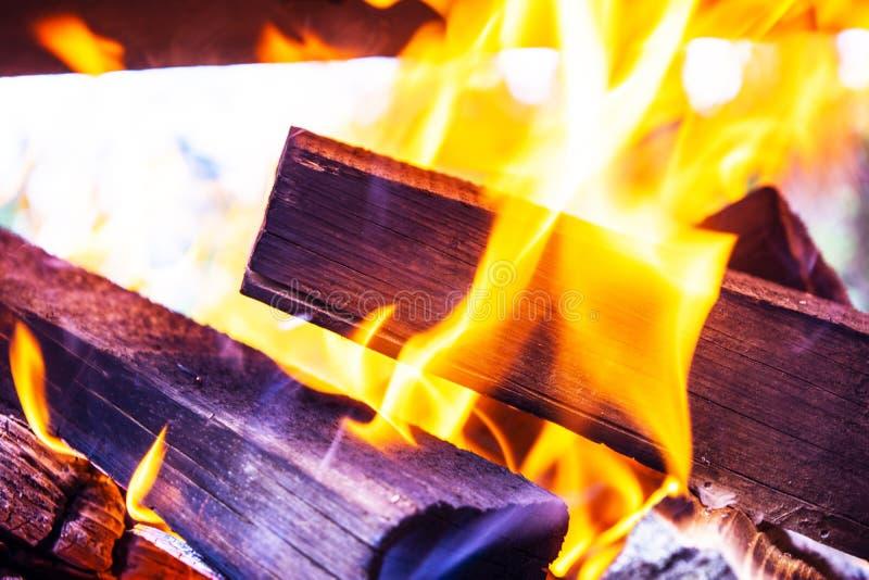 Płonąca łupka w graby zakończeniu up, BBQ ogień, węgla drzewnego tło Węgla drzewnego ogień z iskrami tła czerń ogień odizolowywaj zdjęcie stock