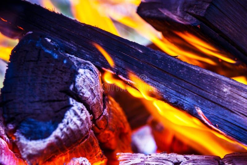 Płonąca łupka w graby zakończeniu up, BBQ ogień, węgla drzewnego tło Węgla drzewnego ogień z iskrami tła czerń ogień odizolowywaj obraz royalty free