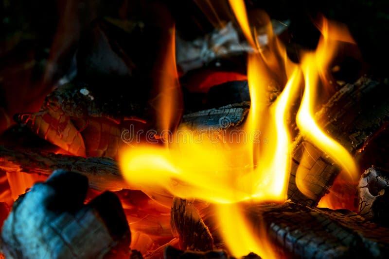 Płonąca łupka w graby zakończeniu up, BBQ ogień, węgla drzewnego tło Węgla drzewnego ogień z iskrami tła czerń ogień odizolowywaj zdjęcie royalty free