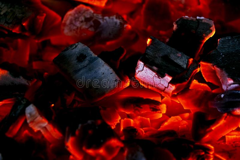 Płonąca łupka w graby zakończeniu up, BBQ ogień, węgla drzewnego tło Węgla drzewnego ogień z iskrami tła czerń ogień odizolowywaj obrazy royalty free