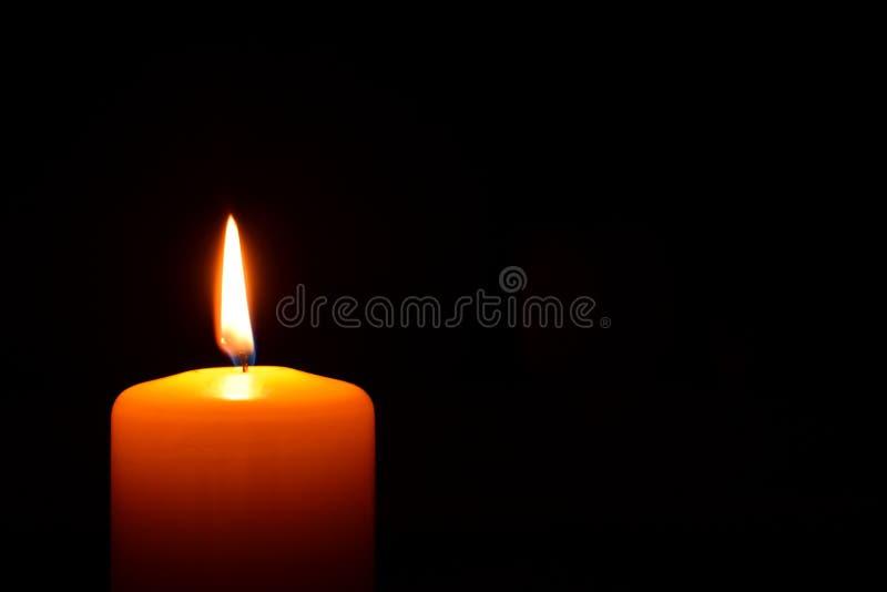 płonąca świece ciemności obrazy stock