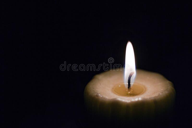 Płonąca świeczka, czarny tło, religia, kościół, jarzy się, chr obraz royalty free