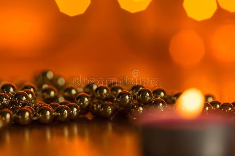 Płonąca świeczka i boże narodzenie ornamenty fotografia royalty free