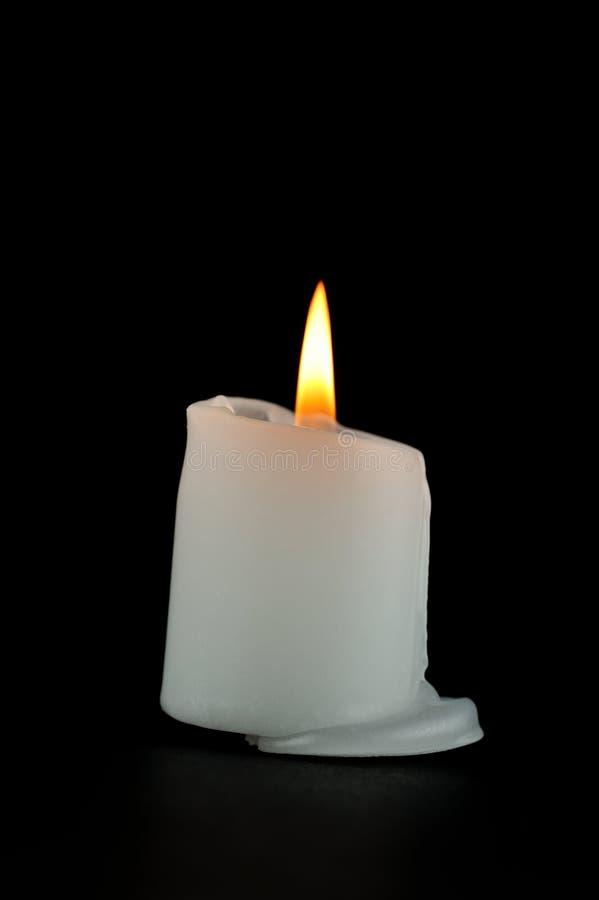Płonąca świeczka na czarnym tle zdjęcie royalty free