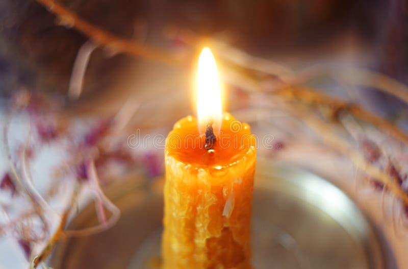 Płonąca świeczka, tworząca od wosku ręcznie zdjęcie stock