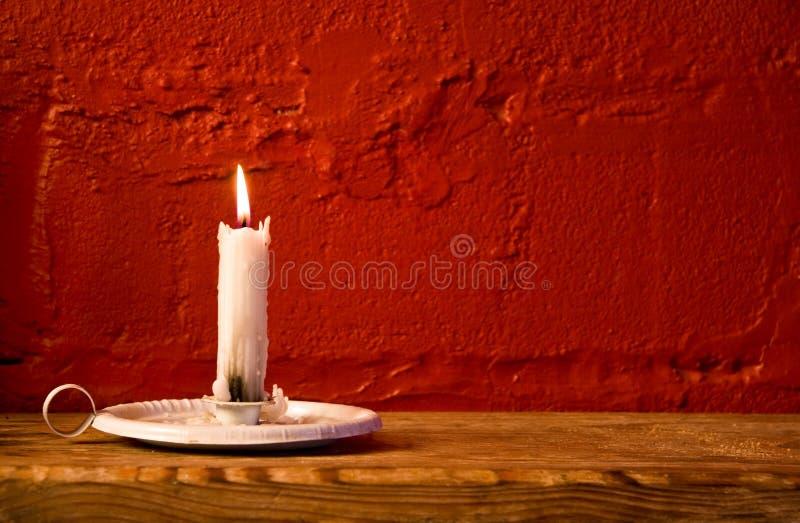 płonąca świeczki czerwieni ściana obrazy stock