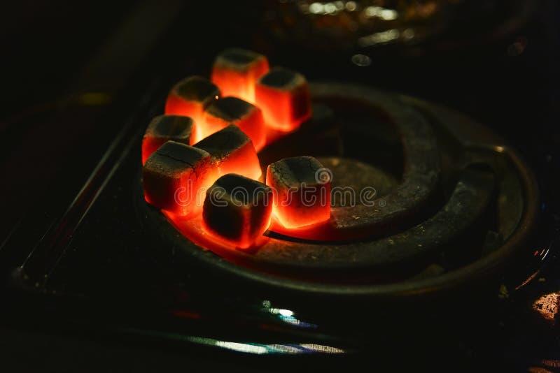 Płonąca czerwień bunkruje dla nargile, ogrzewa na kuchence obraz royalty free