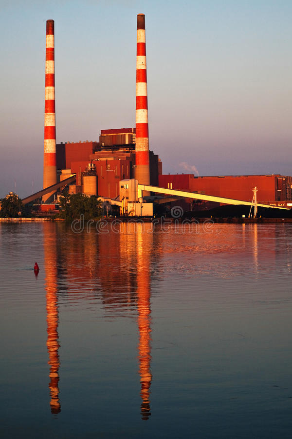 płonąca węglowa elektryczna elektrownia fotografia stock