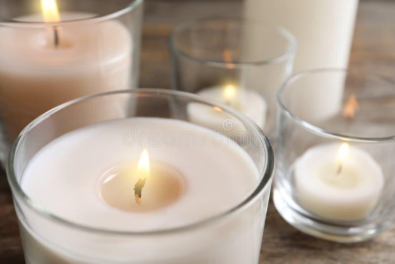 Płonąca wosk świeczka w szklanym właścicielu obraz stock