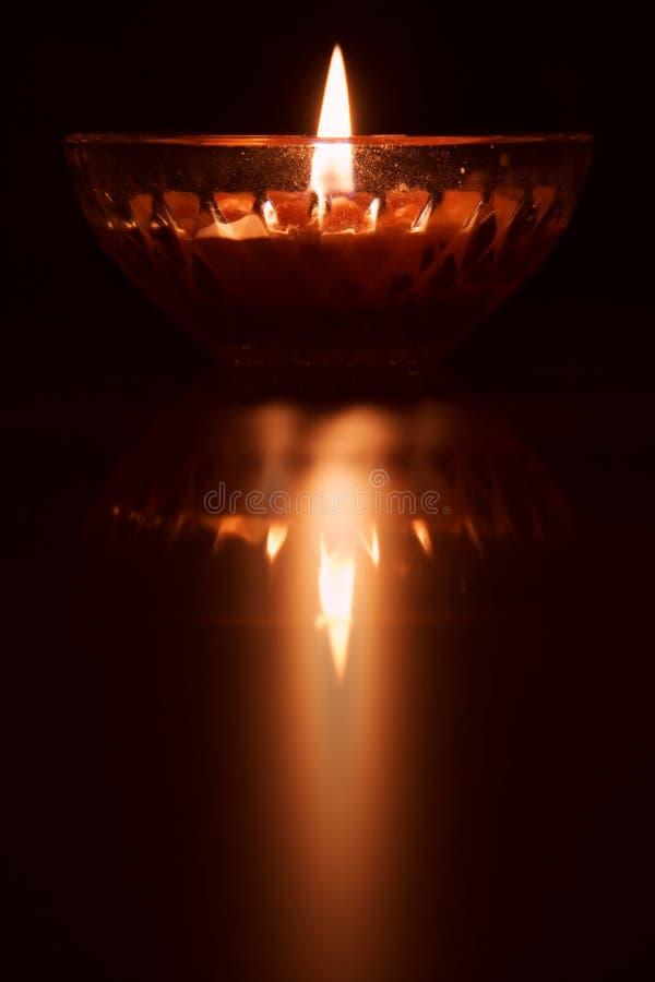 płonące świece odbicia zdjęcia stock