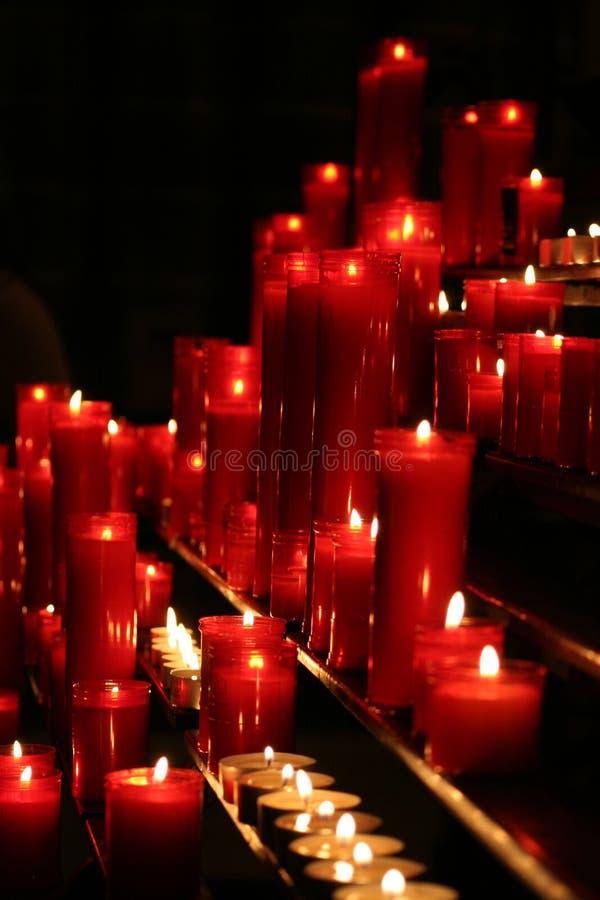 płonące świece różnych rozmiarów obrazy royalty free