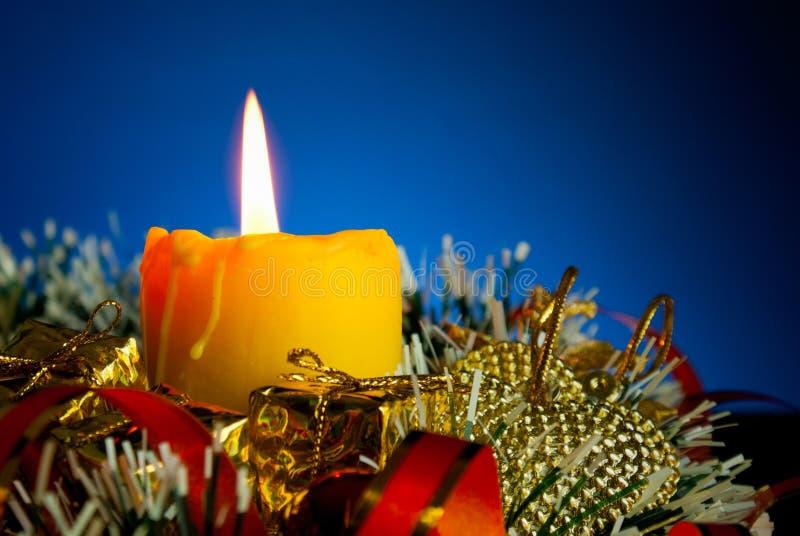 płonące świeczki bożych narodzeń dekoracje zdjęcie royalty free