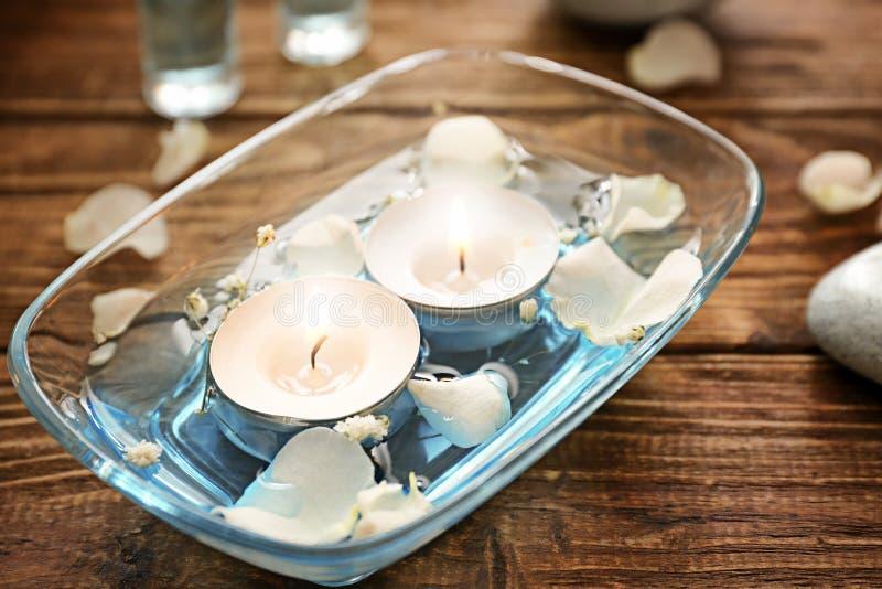 Płonące świeczki dla aromatherapy w szklanym pucharze na stole fotografia royalty free