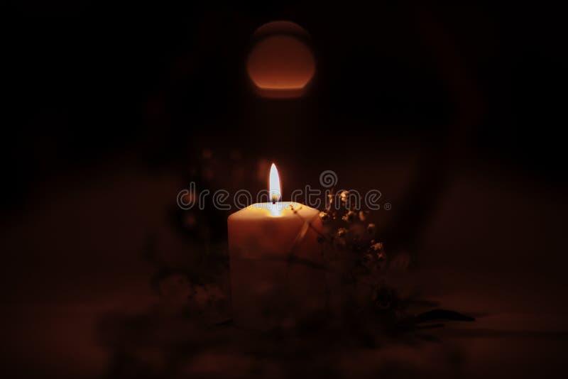 Płonące świeczki na brązowym candlestick przeciw ciemnemu tłu w domu ?wieczki w wn?trzu ilustracyjny lelui czerwieni stylu roczni fotografia stock
