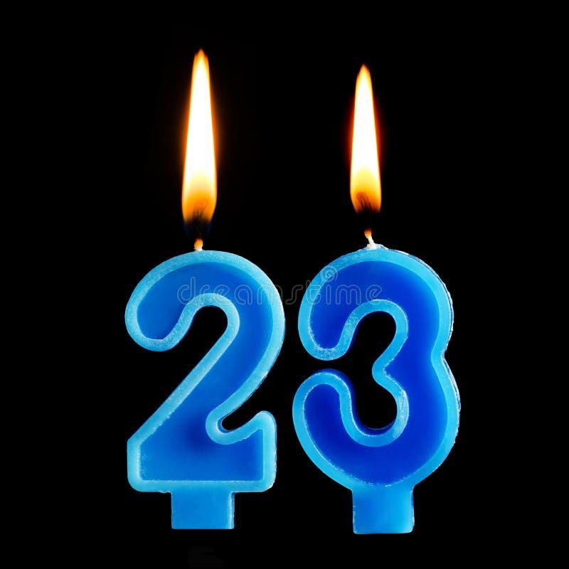 Płonące urodzinowe świeczki w postaci 23 dwadzieścia trzy dla torta odizolowywającego na czarnym tle Pojęcie świętować birthd zdjęcie royalty free
