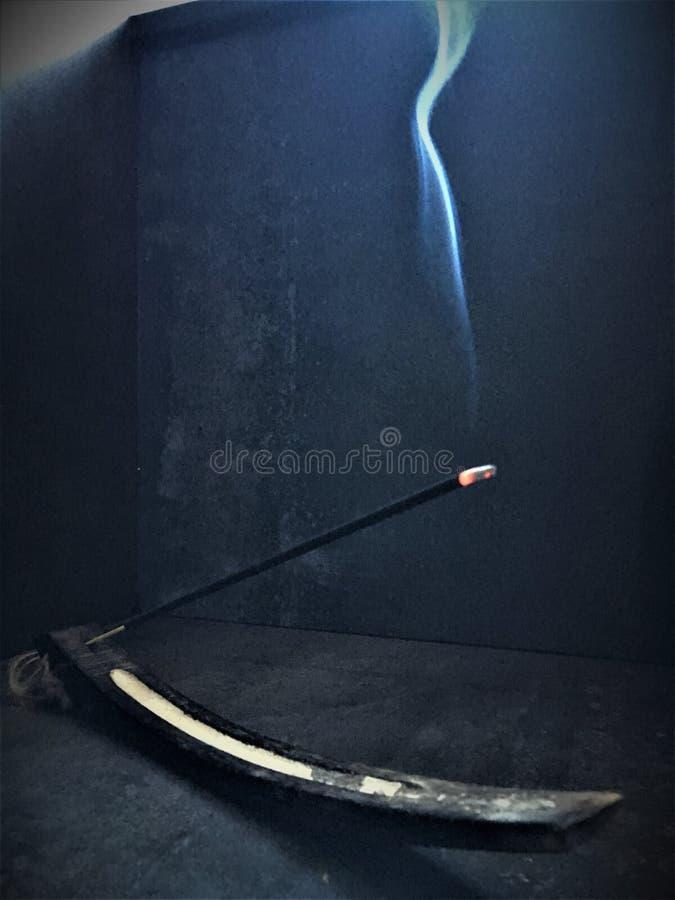 Płonący życie, lekki, ciemność, kadzidło i dym, obraz royalty free