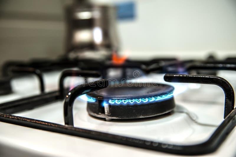 Płonący benzynowy piekarnik w kuchni zdjęcia stock