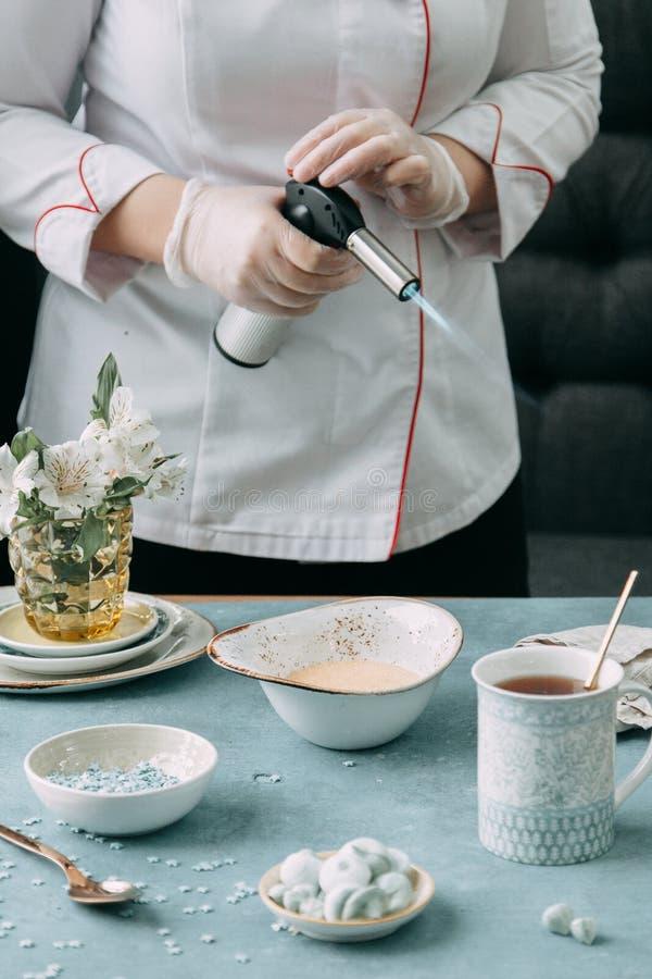 Płonący creme brulee z kawą obraz royalty free