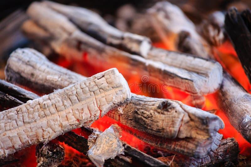 Płonący czerwonego ogienia węgla drzewnego ogień dla kucbarskiego zbliżenie widoku obrazy royalty free
