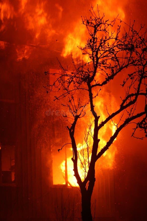 płonący dom zdjęcia royalty free