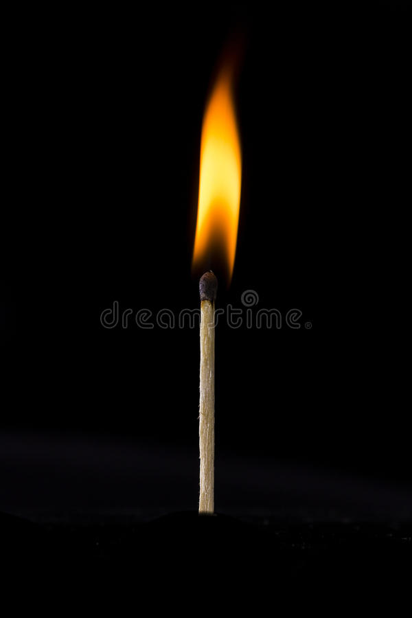 Płonący dopasowanie na czarnym tle zdjęcia royalty free