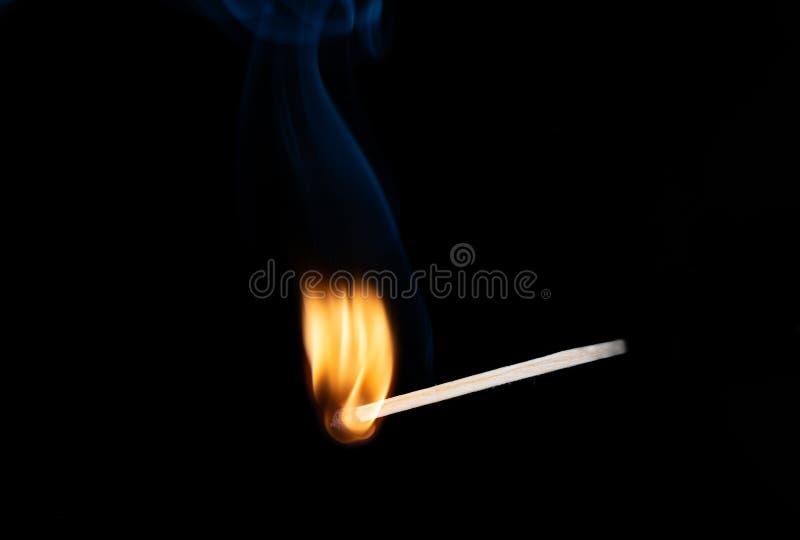 Płonący drewniany dopasowanie z dymem nad czarnym tłem kosmos kopii fotografia stock