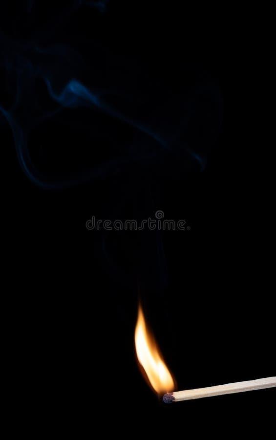 Płonący drewniany dopasowanie z dymem nad czarnym tłem kosmos kopii zdjęcia stock