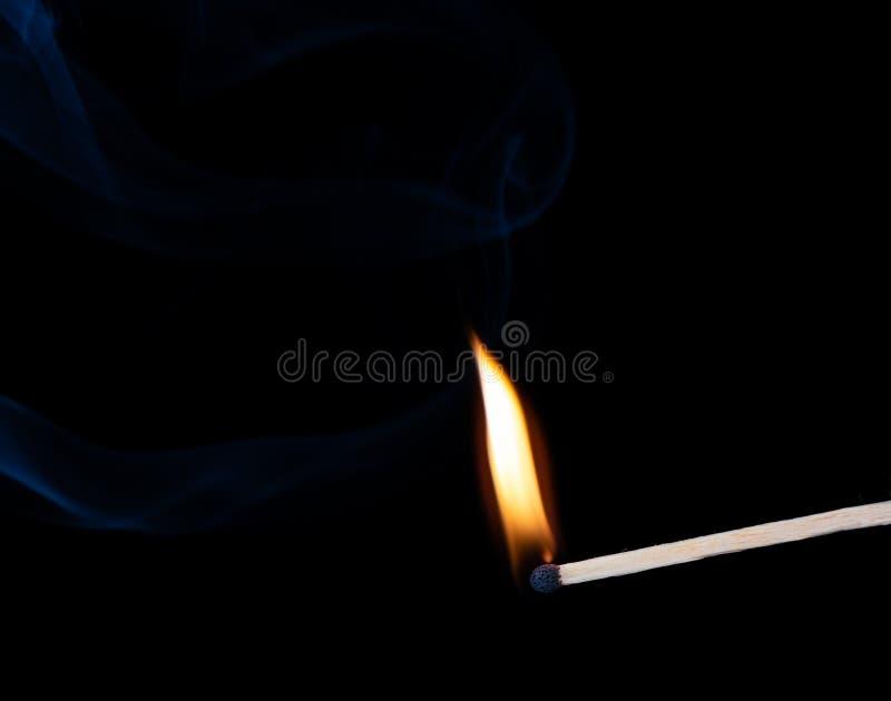 Płonący drewniany dopasowanie z dymem nad czarnym tłem obrazy royalty free