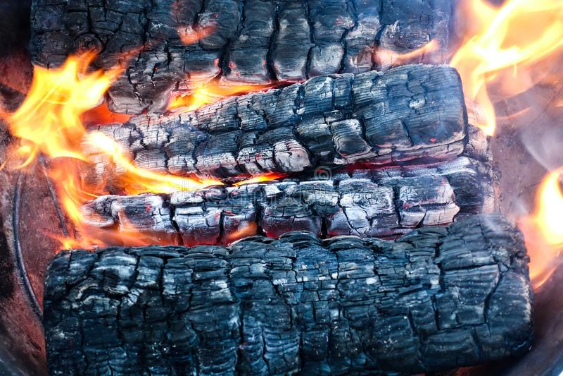 Płonący drewno w firebox Łupka zwroty bunkrować zdjęcie royalty free