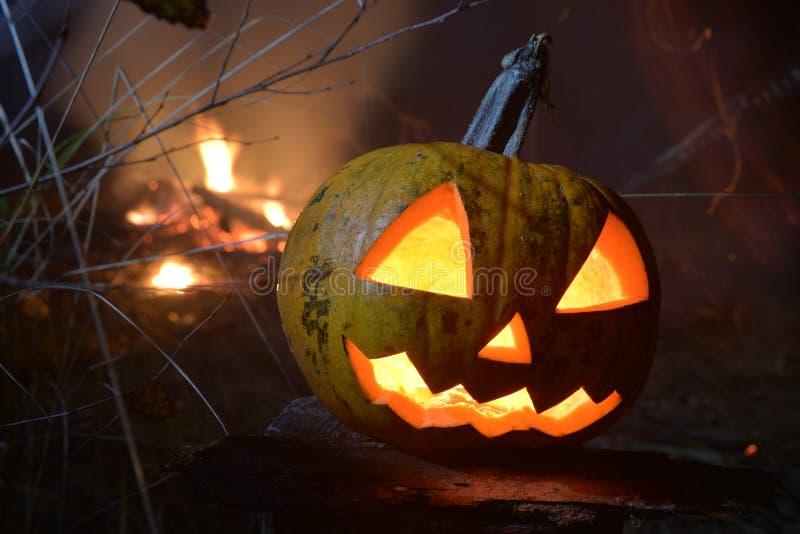 Płonący Halloween bani przewodzi dźwigarki z ogieniem na tle obrazy royalty free