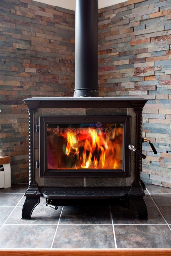 płonący lanego żelaza kuchenki drewno fotografia stock
