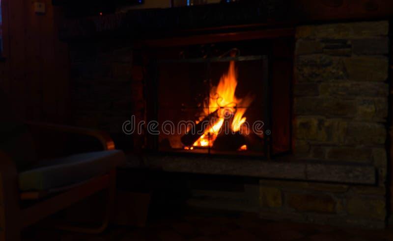 Płonący ogień w grabie przy nocą zdjęcia royalty free