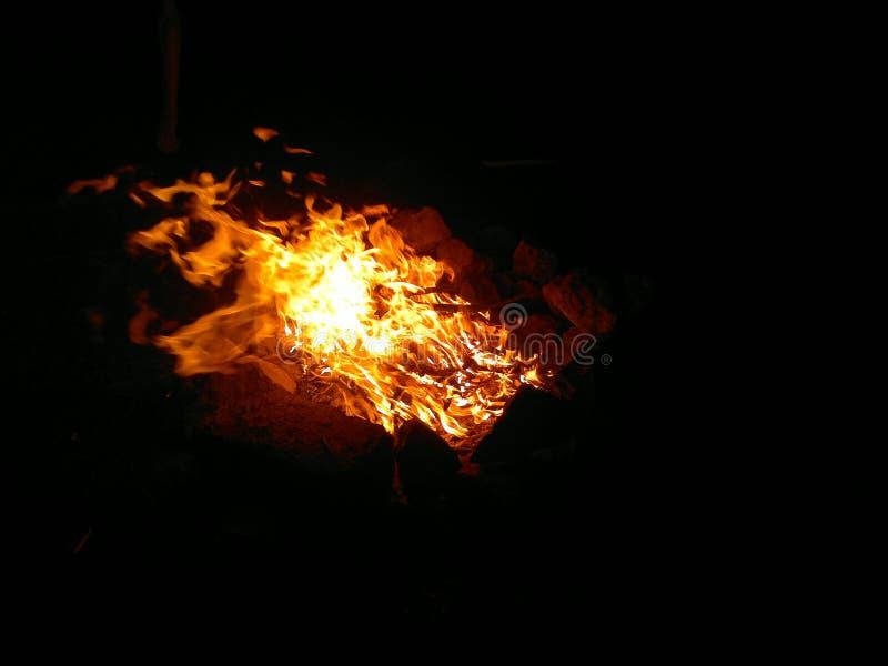 Płonący ogień w nocy symbolizuje puryfikację obraz royalty free