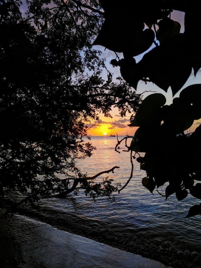 Płonący słońce na wodzie w Martinique fotografia stock
