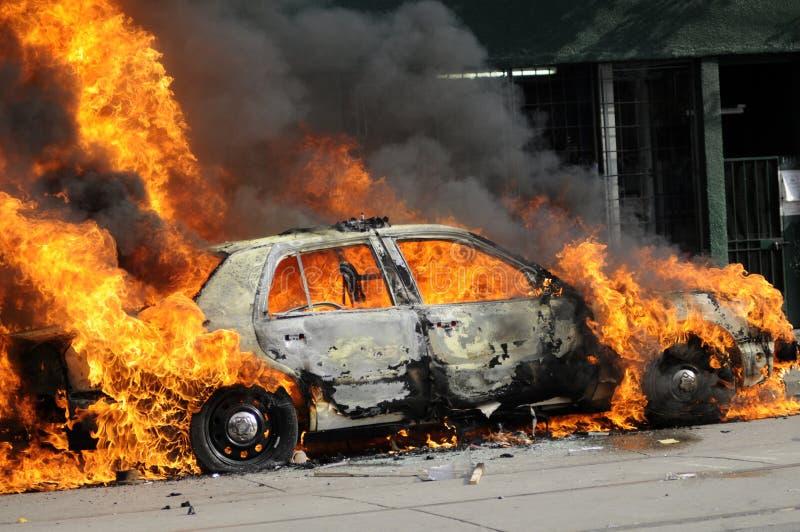 Płonący samochód policyjny. obrazy royalty free