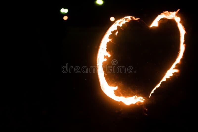 Płonący serce w zmroku, zdjęcia stock