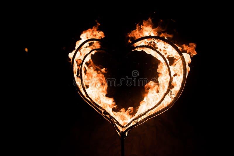 Płonący serce w zmroku, obrazy stock
