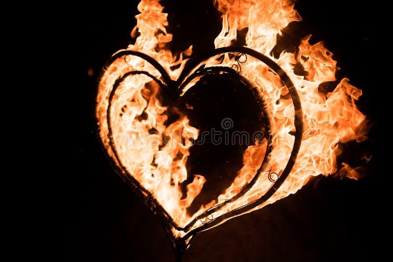 Płonący serce w zmroku, obrazy royalty free