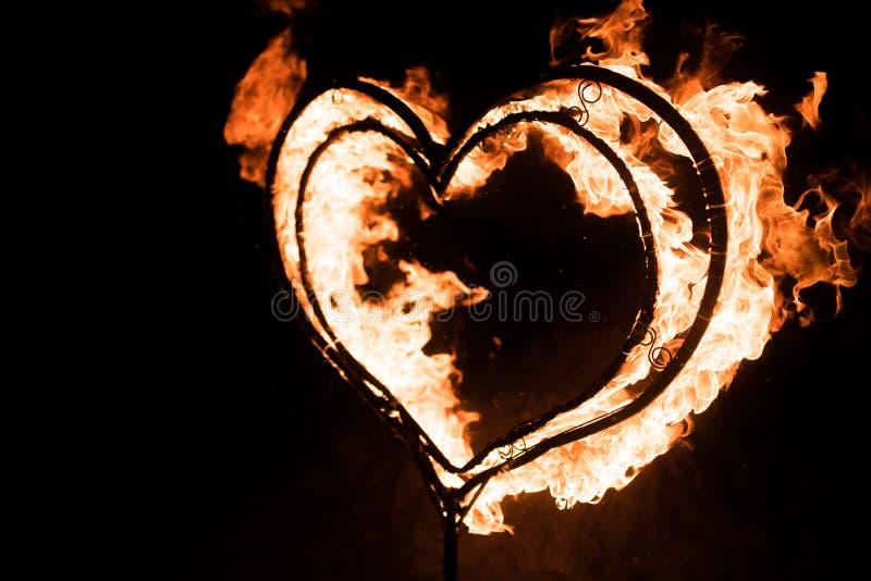 Płonący serce w zmroku, obraz royalty free