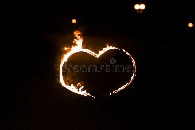Płonący serce w zmroku, fotografia royalty free
