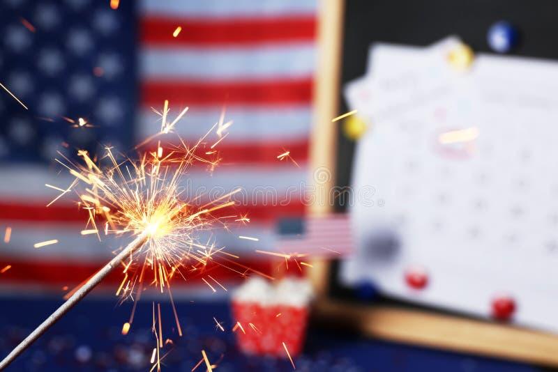 Płonący sparkler przeciw usa fladze i blackboard, zbliżenie zdjęcia stock