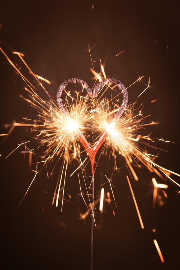 Płonący sparkler w kierowym kształcie zdjęcia stock