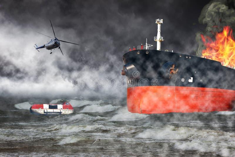 Płonący statek na morzu royalty ilustracja